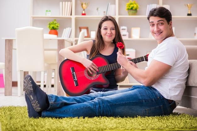 Romantisch paar gitaarspelen op verdieping