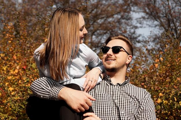 Romantisch paar in de herfst park - zonnige dag - liefde, relatie en dating concept