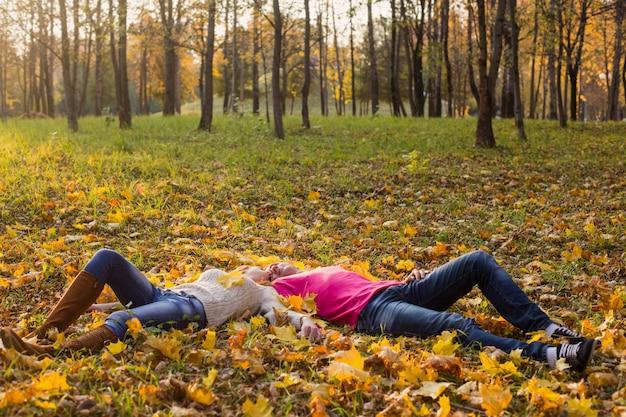 Romantisch paar in de herfst park