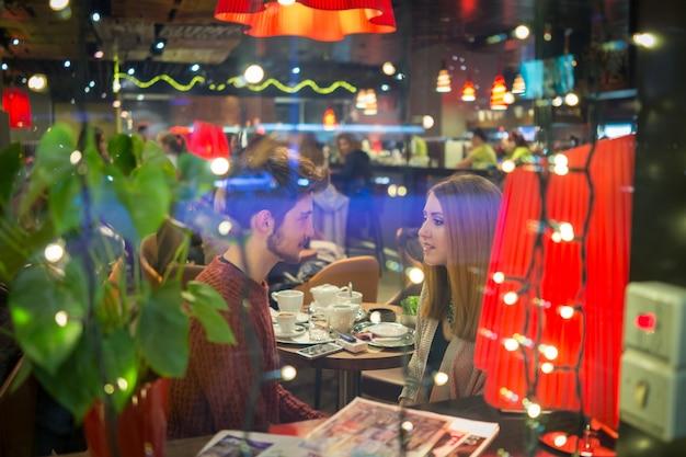 Romantisch paar in de stad 's nachts