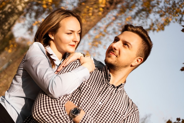 Romantisch paar in het herfstpark - zonnige dag - liefde, relatie en datingconcept