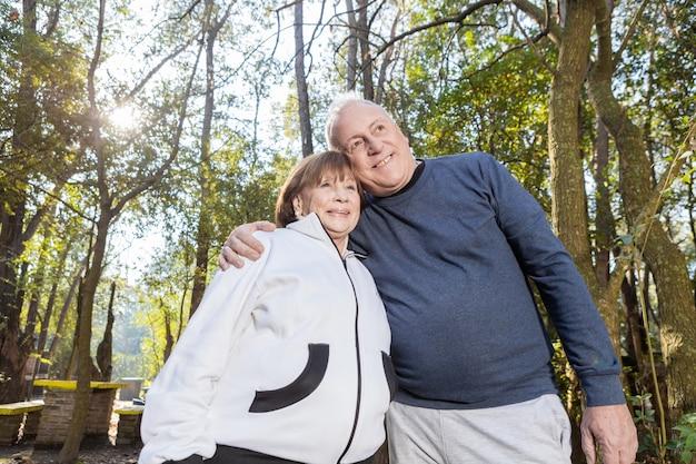 Romantisch paar in trainingspak te genieten in het park