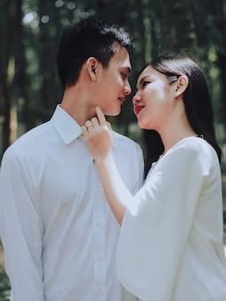 Romantisch paar in wit casual overhemd