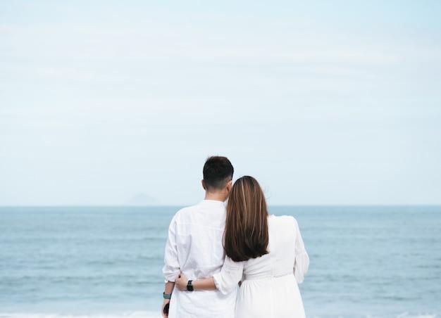 Romantisch paar kijken naar de zee