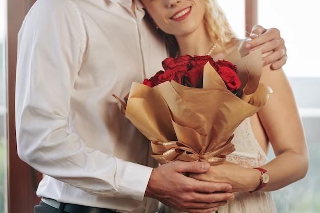 Romantisch paar knuffelen