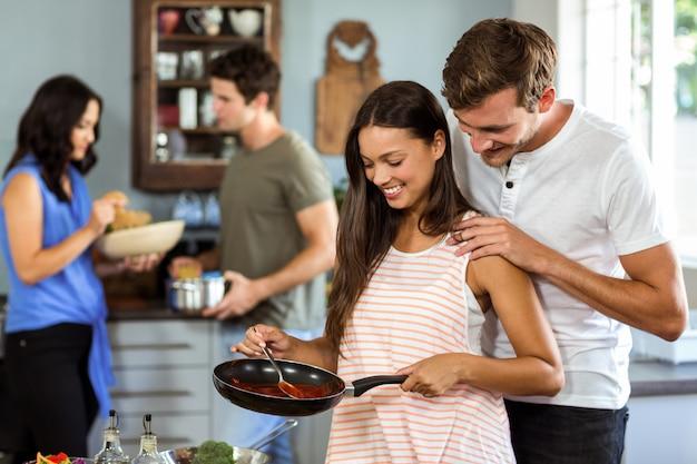 Romantisch paar kokend voedsel bij keuken