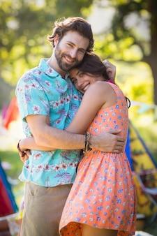 Romantisch paar omhelzen elkaar