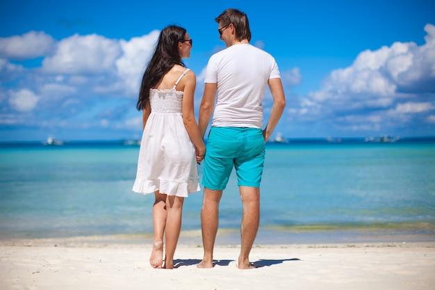 Romantisch paar op tropisch strand in filipijnen kijken naar de zee