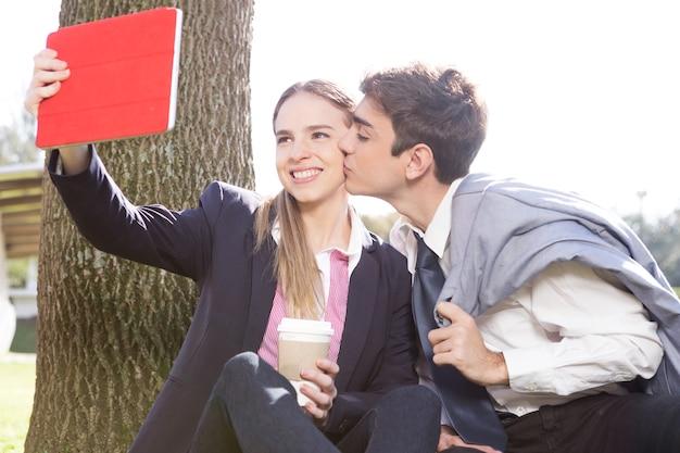 Romantisch paar poseren voor de foto buitenshuis