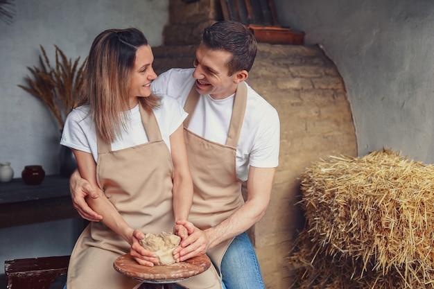 Romantisch paar verliefd samen te werken aan pottenbakkerswiel en scu