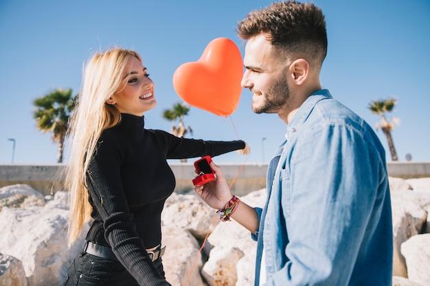 Romantisch paar verloving op strand