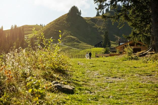 Romantisch paar wandelen langs de weg tegen de achtergrond van een prachtig berglandschap.