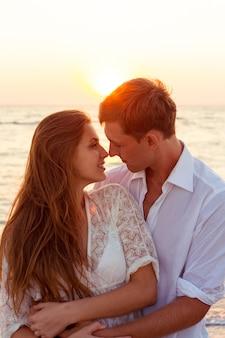 Romantisch paar zoenen op het strand