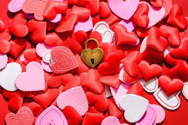 Romantisch plat, met een liefdeshangslot omgeven door rode harten.
