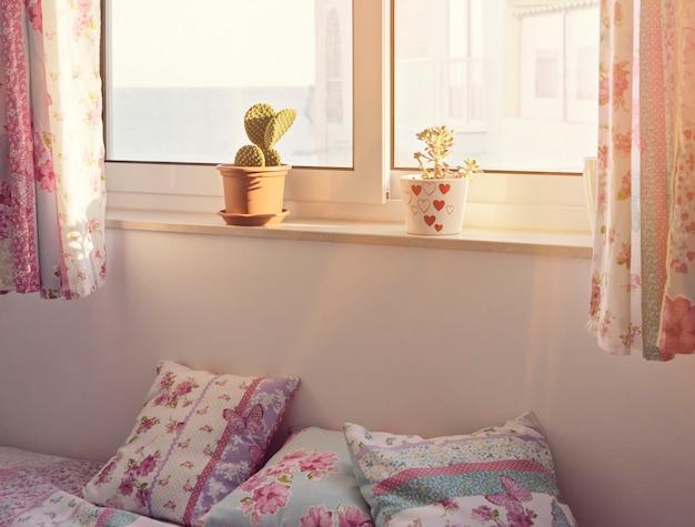 Romantisch roze slaapkamerbinnenland voor een meisje
