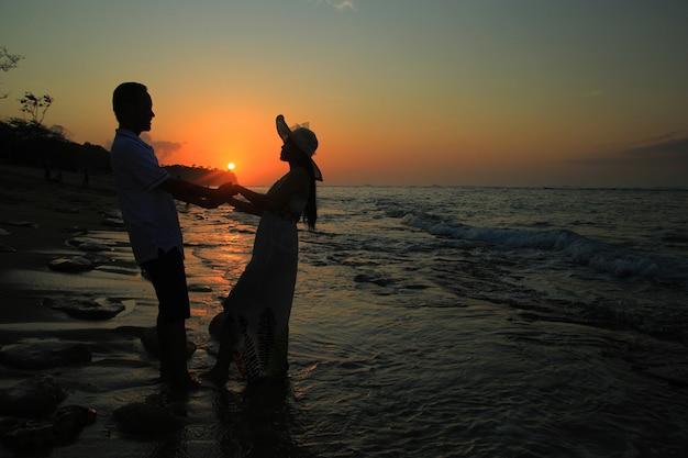 Romantisch silhouet van een paar