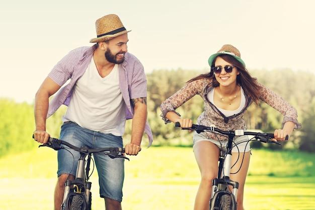 Romantisch stel fietsen