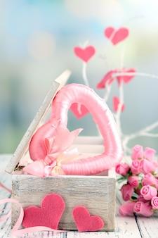 Romantisch stilleven met hart in houten kistje