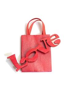 Romantisch stilleven, voorbereidingen voor de valentijn. schroot cadeau. papieren tas woord liefde voor hout. valentijnsdag concept. moederdag. ambachten.