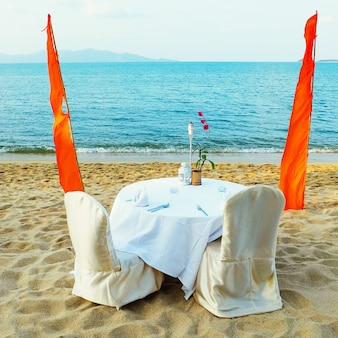 Romantisch strandrestorant bij tropische toevlucht. daten op het strand