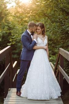 Romantisch verliefd bruidspaar wandelt in de bergen en het bos
