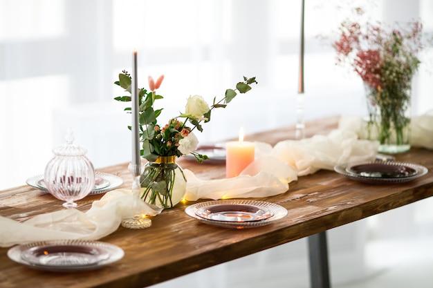 Romantisch versierde houten tafel met bloemen
