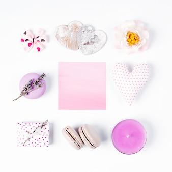 Romantische accessoires taart macaron lavendel hart kaars roos cadeau boog en roze lege kaart