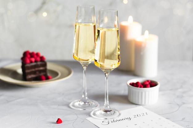 Romantische avond voor geliefden in de valentijnsdag met champagne