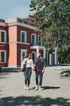 Romantische bestemmingen voor koppels weekenduitstapjes huwelijksreis voor koppels gelukkige jonge reizigers