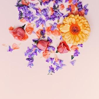 Romantische bloemenmix. minimalistisch ontwerp