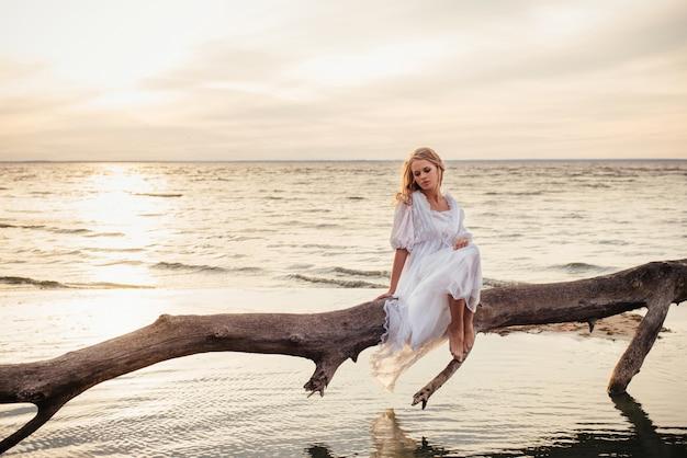 Romantische blonde vrouwenslaap op de verse lucht