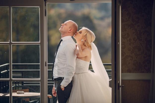 Romantische bruid kussen het hoofd van haar man