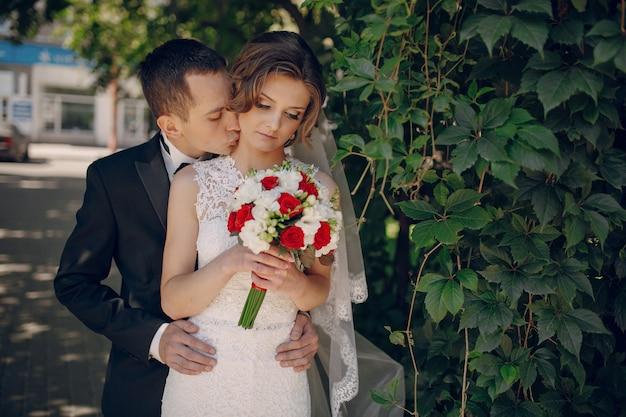 Romantische bruidegom met de handen op de taille bruid