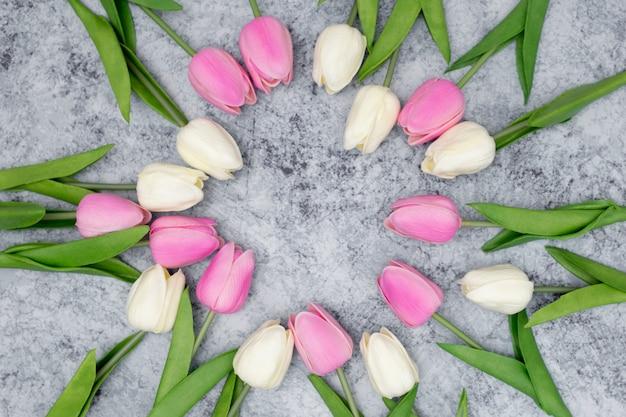 Romantische compositie gemaakt met witte en roze tulpen