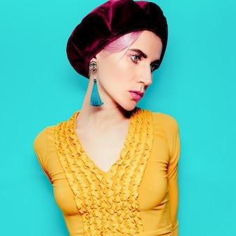Romantische dame in modeaccessoire baret en sieraden. vintage gele jurk. vintage oorbellen