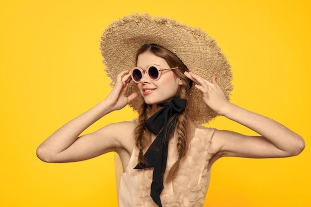 Romantische dame in strohoed zonnebril model jurk emoties. hoge kwaliteit foto