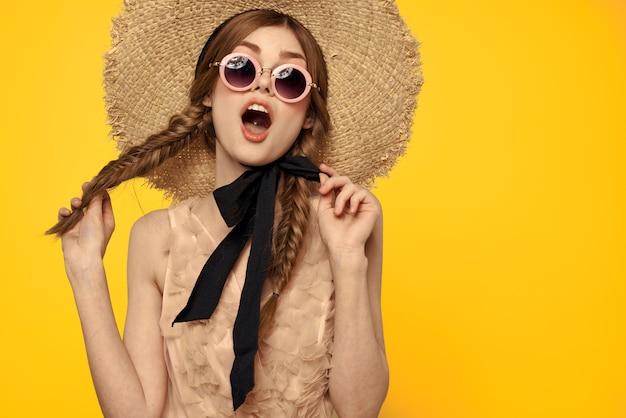 Romantische dame in strohoed zonnebril model jurk emoties