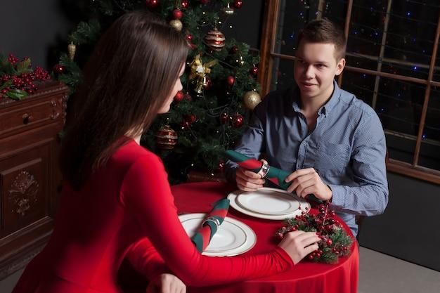 Romantische datum van jong koppel in luxe restaurant.