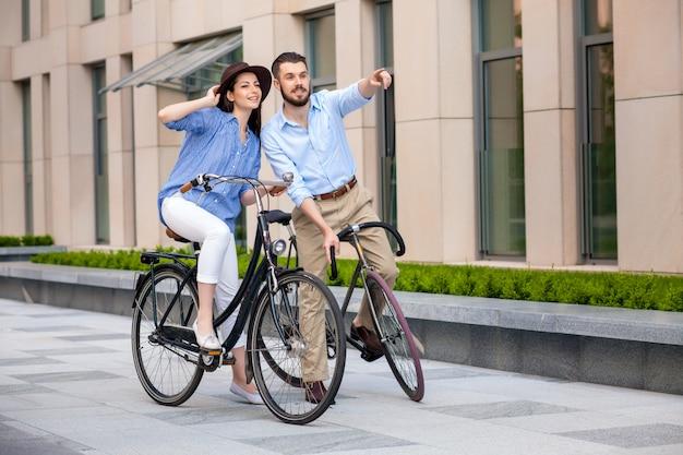 Romantische datum van jong koppel op fietsen