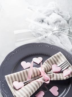 Romantische dinerdatum platen harten champagneglazen op grijs
