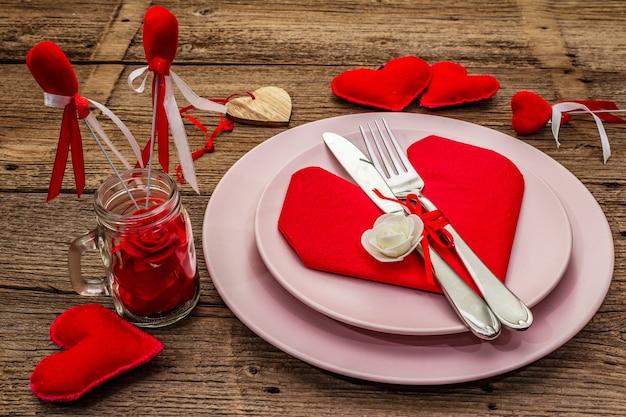 Romantische eettafel met borden en hartvormige servet