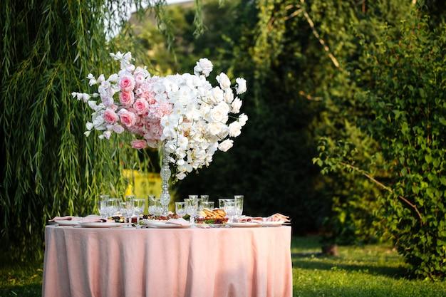 Romantische feestelijke catering geserveerd tafel