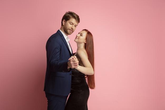 Romantische gepassioneerde dans valentijnsdag viering gelukkig kaukasisch paar