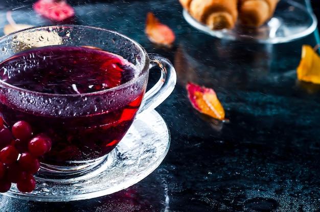 Romantische herfst kopje thee met bladeren