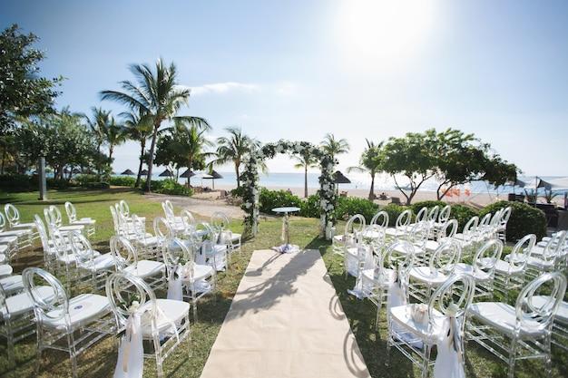 Romantische huwelijksceremonie op het strand