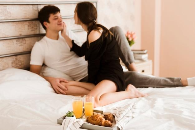 Romantische jonge man en vrouw samen in bed