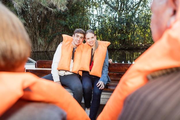 Romantische jonge paar tijd samen doorbrengen op een boot