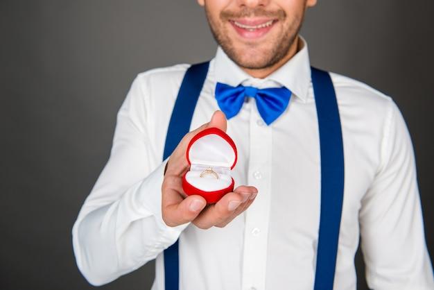 Romantische jongeman met verlovingsring
