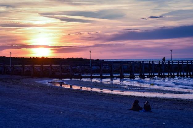 Romantische kleurrijke zonsondergang op het ponton van courseulles-sur-mer. frans normandië