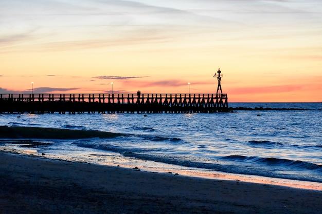 Romantische kleurrijke zonsondergang op het ponton van courseulles-sur-mer.